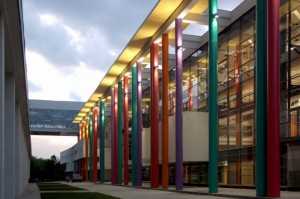 фасад здания с клоннами вечер